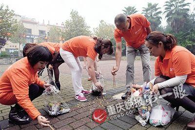 重庆一群富豪开豪车捡垃圾 自称已坚持逾8个月
