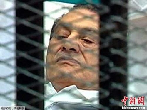 当地时间2011年8月3日,埃及前总统穆巴拉克躺着出现在开罗庭审现场,在铁笼中接受审判。