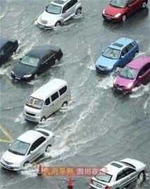 成都暴雨淹没小区30余辆车 车主无处索赔(图)