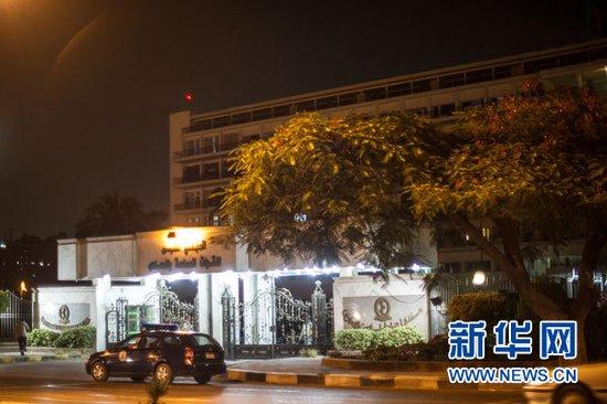 """这是2012年6月19日在埃及开罗拍摄的马阿迪军事医院外景。据埃及中东社报道,埃及前总统穆巴拉克当晚从监狱转移到军事医院时已经""""临床死亡""""。 新华社记者李木子摄"""