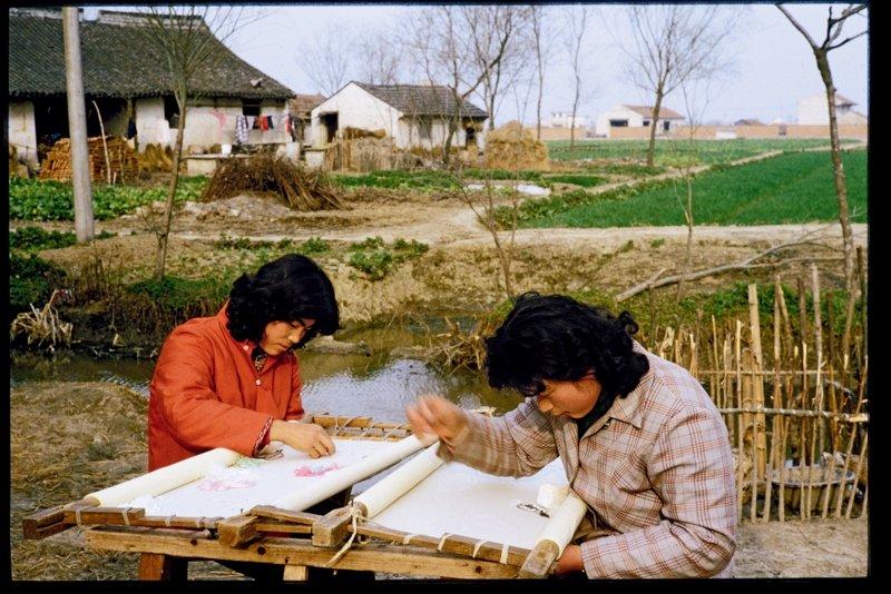20世纪70年代,浙江嘉兴的绣娘正在做绣花鞋面。