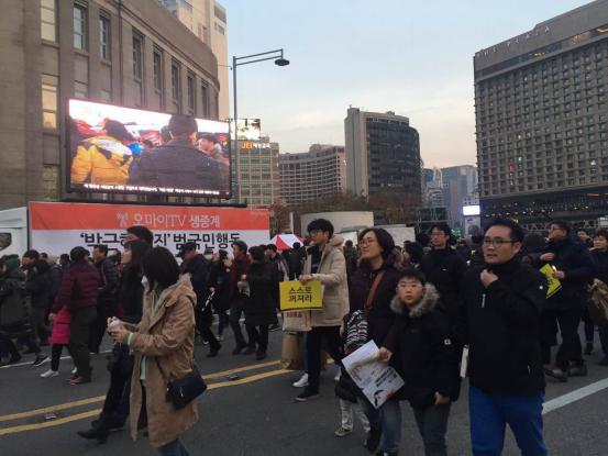 韩国首尔举行第六轮百万人反朴游行