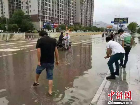 福建霞浦市民台风过后街头争相捉跳鱼