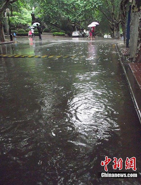 南京再遭暴雨侵袭 部分地区出现积涝