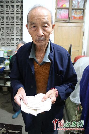 江西八旬老人的诚信人生:拾荒25载还债30万元
