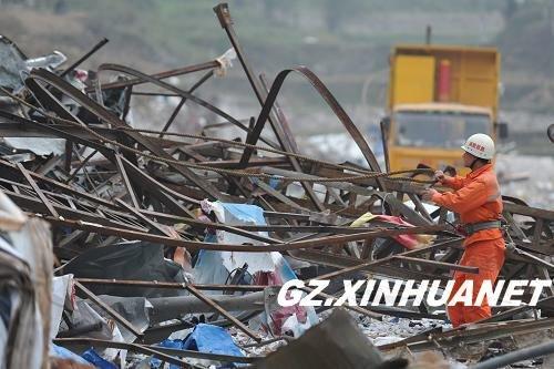 2011年11月2日,救援人员在事故现场进行清理工作。新华社记者 欧东衢