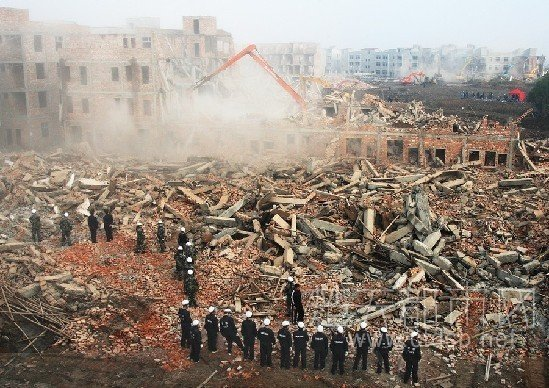 武汉村民撞伤11名强拆城管被拘 市委批示严惩