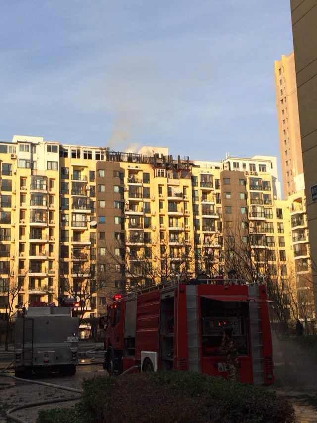 北京一小区楼顶违建着火 殃及楼内居民