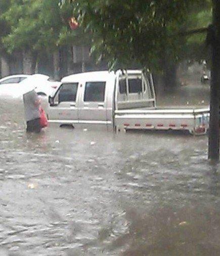 河北一高考女生大雨中赶赴考场 跌入排水道死亡