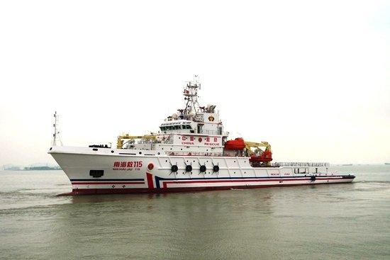 中国派南海救115号船前往黄岩岛海域救助渔民