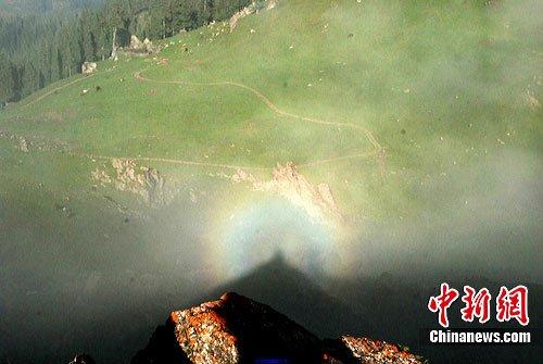 组图:新疆天山天池出现罕见佛光奇观