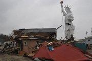 自由女神像复制品与身边的废墟