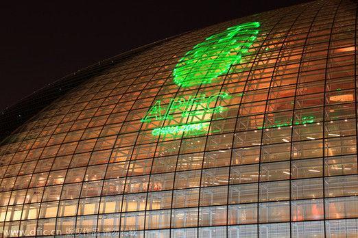 2014年8月6日,北京,国家大剧院用激光射灯在大剧院的巨型建筑外观上打出了APEC字幕,为即将于今年下半年在北京举行的APEC峰会进行预演,营造会议氛围。(资料图片)