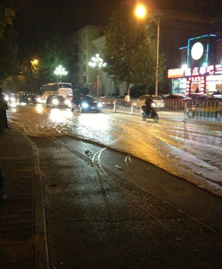 北京酒仙桥路面涌出大量泡沫 或与地铁14号线修建有关