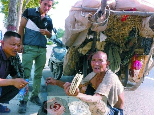 7旬老人走百里卖麦秸 民工含泪买下称想起父亲