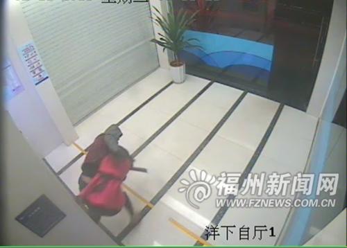 女子凌晨取款遭抢 16秒空手夺刀吓跑劫匪(图)