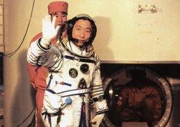 杨利伟进入飞船前向人们挥手告别