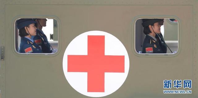 白求恩医疗方队通过天安门广场