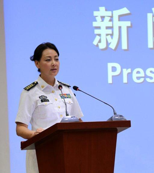 组图:中国海军首位女发言人亮相 佩戴大校军衔