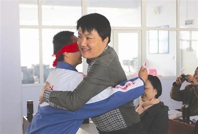 涿鹿县教科局局长郝金伦(右)和学生互动 资料图片