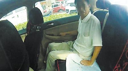 儿子办事把老父锁车内 民警及时发现将老汉救出