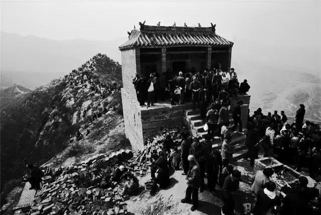 2005年3月23日,河南省偃师市。在牛心山顶举行的乡村庙会上,人头攒动,摩肩接踵。