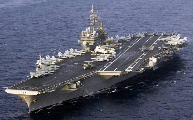 美国小鹰号航母,注意弹射器上飞机处于待起飞状态