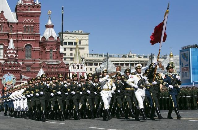 习近平出席俄红场阅兵式 向三军仪仗队挥手致意