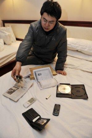 王鹏向记者展示被解除刑事拘留后警方归还的物品(12月2日摄)。新华社记者 王鹏 摄
