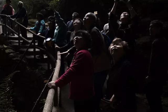 4月26日,一批老人组团参观广西巴马村百魔洞。