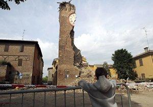 意大利发生6.3级地震 钟塔坍塌