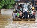 马龙灾民乘装载机撤离
