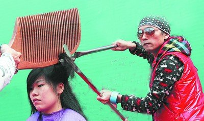 50岁造型师1米长剪刀理发 表演雷人无人敢试