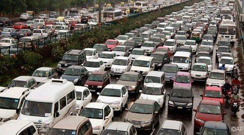 停电导致印度红绿灯停止工作,交通阻塞。