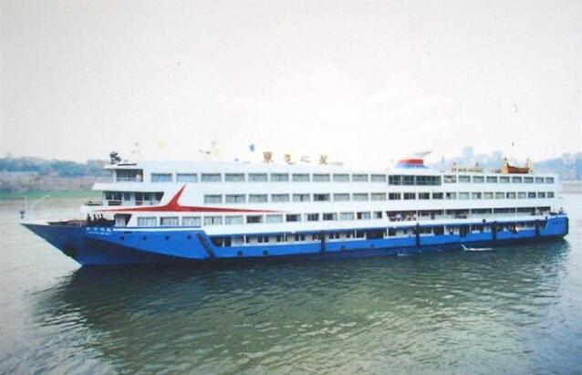 重庆开往南京客轮在长江湖北段倾覆 载400余人