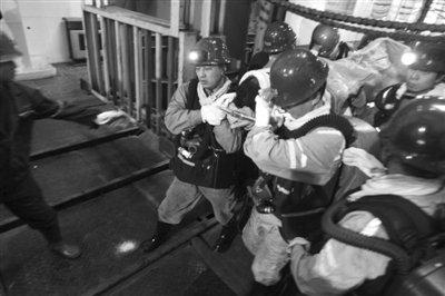 河南义马矿难仍有50人被困 获救矿工满脸带血