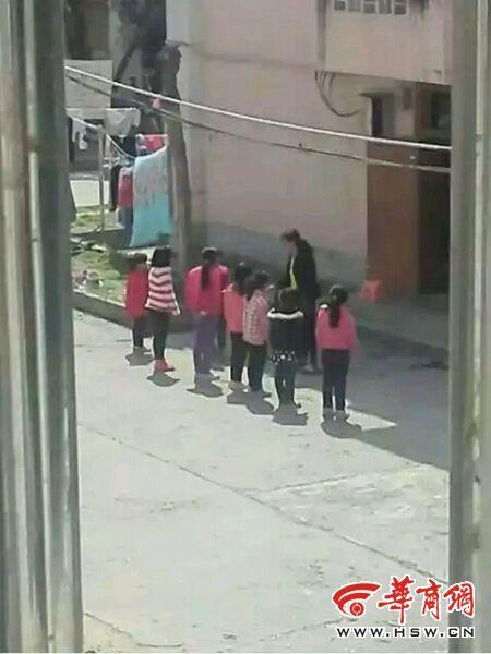 4名学生被老师罚跪 回应称学生因腿疼蹲下