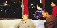 1992年2月8日,邓小平欣赏黄浦江夜景。