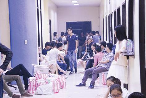图为在巴兰玉计市被拘捕的中国人被拘押在马尼拉市王城内移民局办公室。(菲律宾《商报》/Tony Ramos 摄)