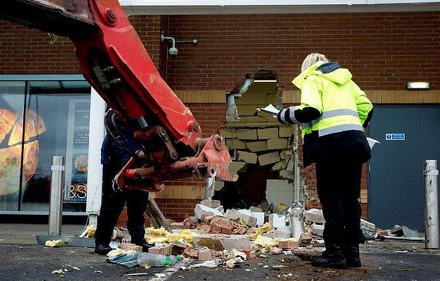 英国劫匪用挖掘机砸穿商店墙壁偷走整个ATM机