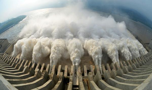 强降雨袭击南方大部 江西鄱阳河堤溃口转移1.3万人