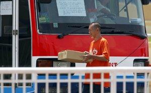 谈判专家为被劫乘客带来食物