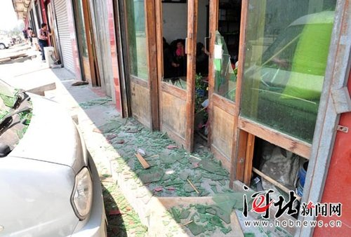 河北一化肥厂爆炸 临近楼房玻璃被震碎伤人
