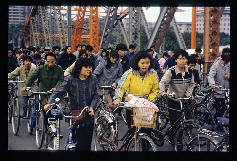 上班时间,广州海珠桥上的车流。
