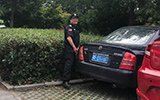 车主不愿停收费车位 商场保安对车撒尿泄愤