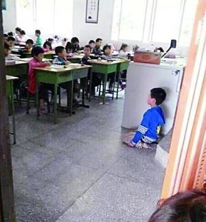 网传小学生被老师逼下跪 涉事教师已受处分