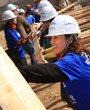 志愿者们齐心合力搬运木板