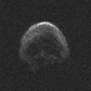 形酷似骷髅头,表面甚至可分出眼鼻.-NASA万圣节发现 骷髅 彗星