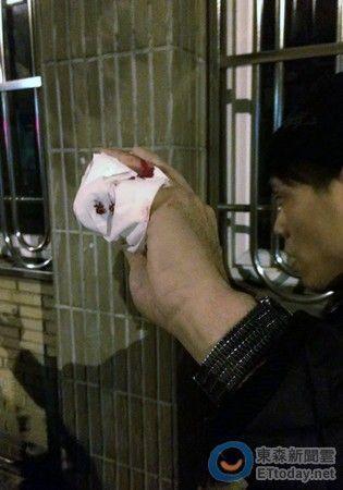 台湾反服贸活动愈演愈乱 警车被砸志愿者遭砍伤
