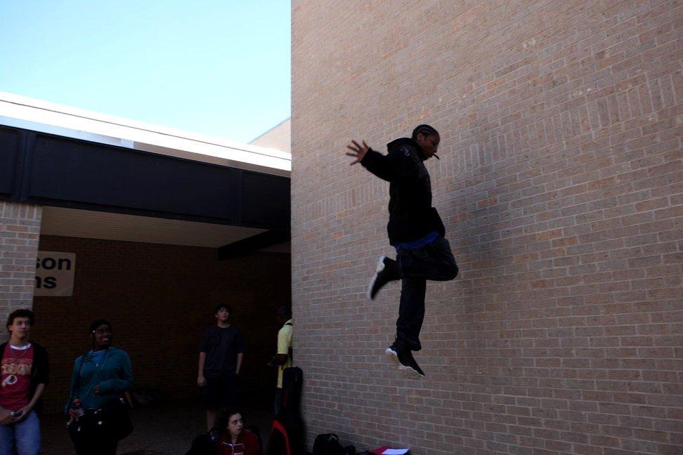 当地时间2010年10月25日,美国德克萨斯州奥斯汀,安德森高中的学生在午休期间表演跑酷。跑酷起源于法国,将各种日常设施当作障碍物或辅助,在其间跑跳穿行。